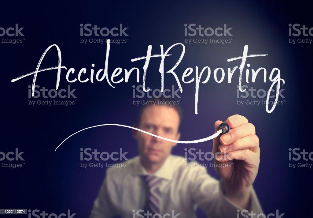 Un homme d'affaires, un concept d'Accident Reporting d'écriture avec un stylo blanc - Photo