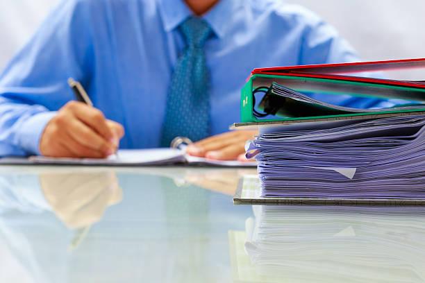 Hombre de negocios escribir datos del documento. - foto de stock