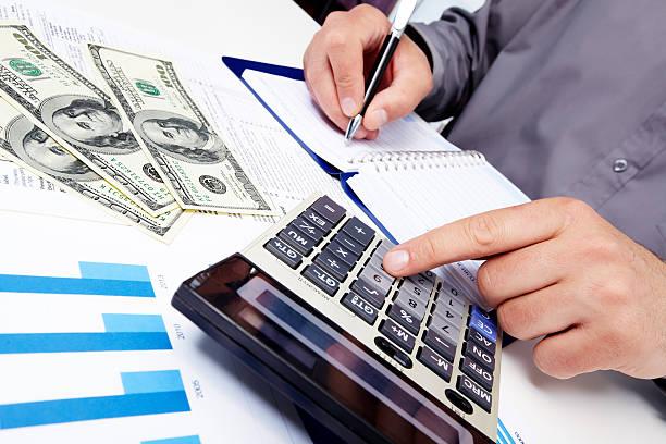 Geschäftsmann Schreiben in notebook die Zusammenarbeit mit business-charts – Foto