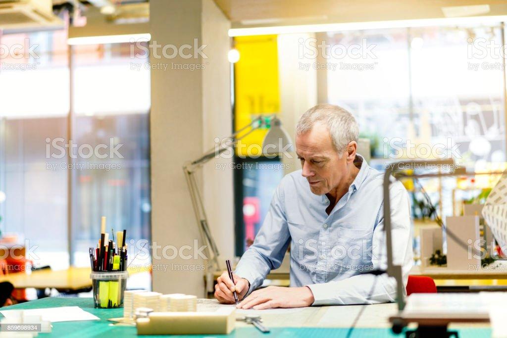 Geschäftsmann am Dokument am Tisch im Büro schreiben – Foto