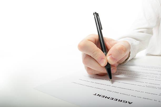 Empresario la mano de firmar los documentos de fabricación. Abogado, realtor, hombre - foto de stock