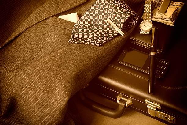 geschäftsmann im anzug und accessoires in sepia-ton - krawattennadel stock-fotos und bilder