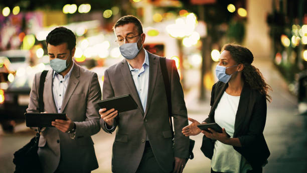 Geschäftsleute und Geschäftsfrauen tragen Schutzmasken. – Foto
