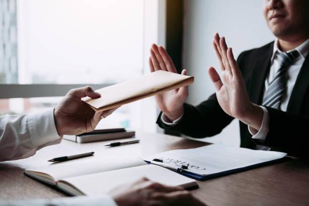 Geschäftsleute halten Bargeldumschläge, um mit dem Investitionsprojekt Teilnehmer Korruptionskonzept zu bestechen. – Foto