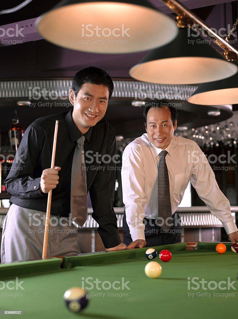 Hommes d'affaires à la table de billard. photo libre de droits