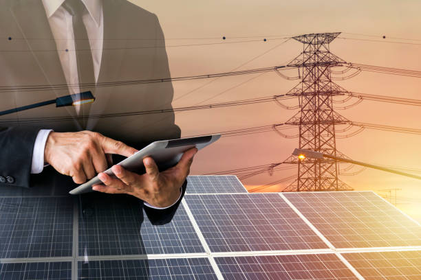 geschäftsleute berechnen investitionen. - solarstrom stock-fotos und bilder