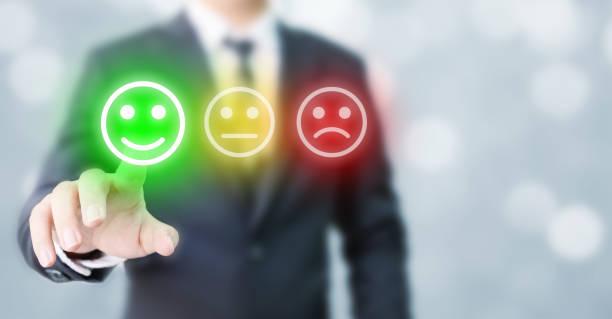 Geschäftsleute entscheiden sich, bewertung glücklich Symbole zu bewerten. Kundenservice-Erfahrung und Umfragekonzept für die Geschäftszufriedenheit – Foto
