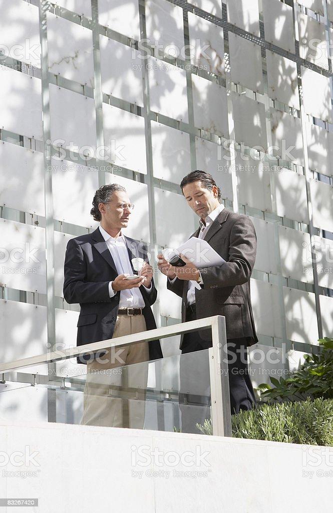 Biznesmen picia kawy na zewnątrz zbiór zdjęć royalty-free