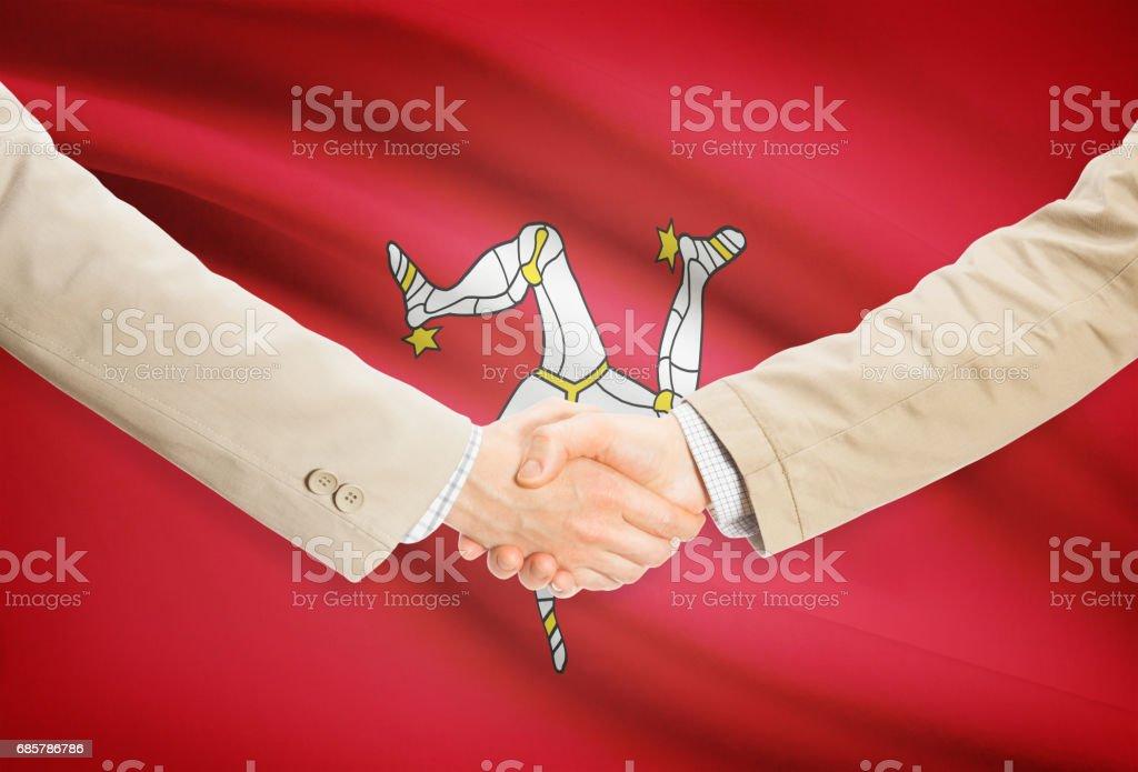 Businessmen handshake with flag on background - Isle of Man Lizenzfreies stock-foto