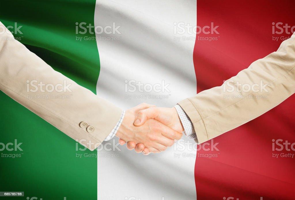 Businessmen handshake with flag on background - Italy foto de stock libre de derechos