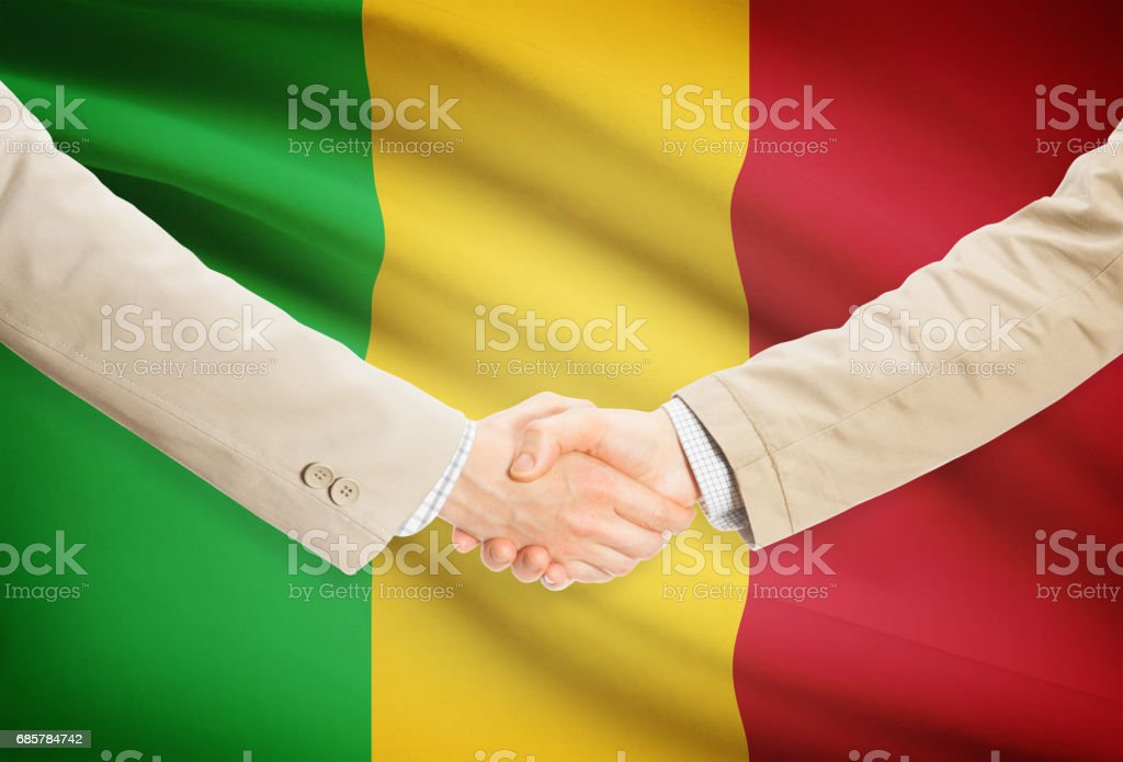 Businessmen handshake with flag on background - Mali foto de stock libre de derechos