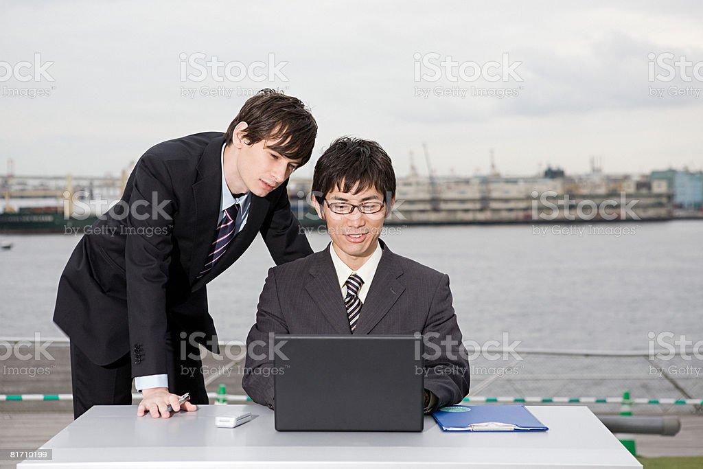 、ノートパソコンを見ているビジネスマン ロイヤリティフリーストックフォト
