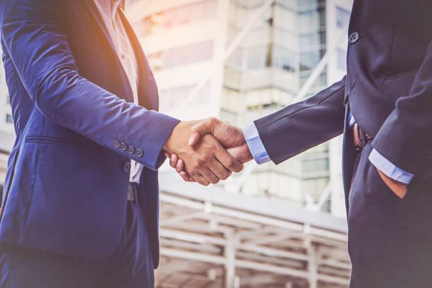 hommes d'affaires faisant la poignée de main. hommes d'affaires réussis du concept - poignée de main photos et images de collection