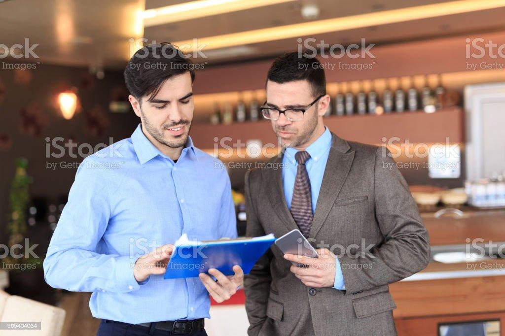 Hommes d'affaires réunis et parler - Photo de Acheter libre de droits