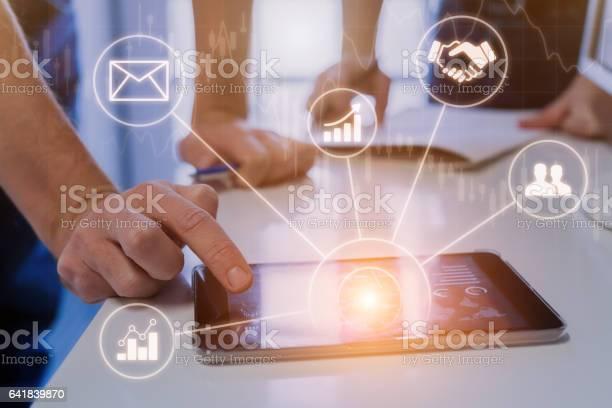 Unternehmer Treffen In Modernen Büros Mit Tablet Daten Virtuelle Schnittstelle Stockfoto und mehr Bilder von Abstrakt