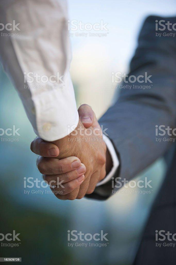 Geschäftsleute schütteln die Hände gegen verschwommen Hintergrund – Foto