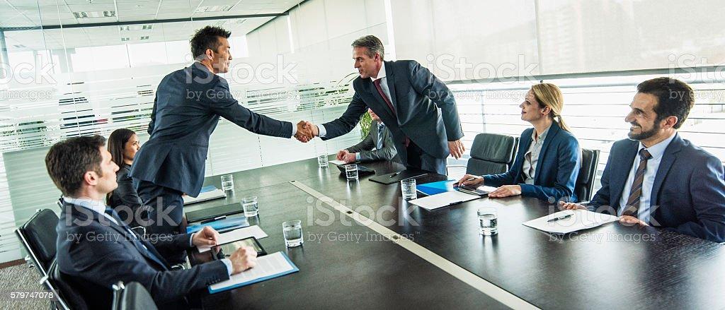 Businessmen shake hands over a table - Lizenzfrei Abmachung Stock-Foto