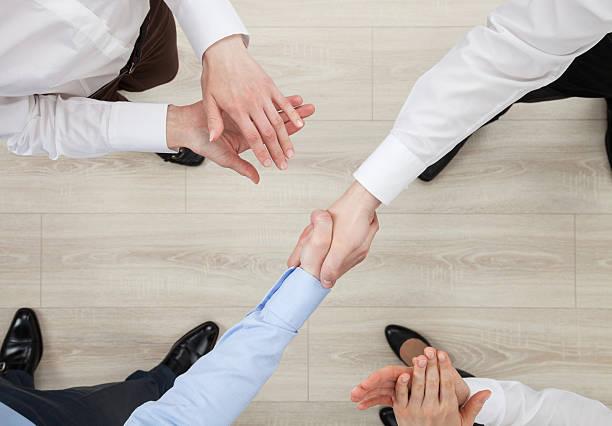 Agitar manos de empresarios - foto de stock