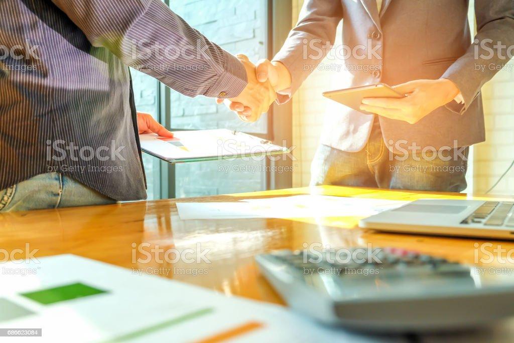 Businessmen shake hands. photo libre de droits
