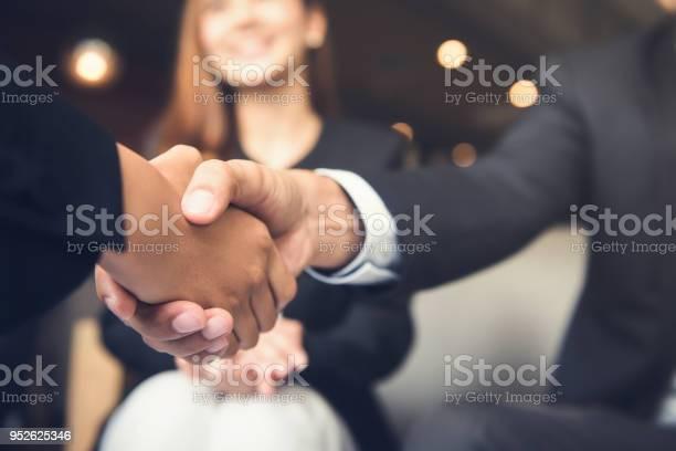 Geschäftsleute Händeschütteln Nach Einem Treffen In Einem Café Stockfoto und mehr Bilder von Abmachung