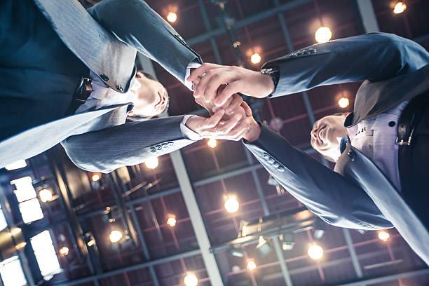 実業家握手をするの契約上の高いホテルです。 - ビジネスフォーマル ストックフォトと画像