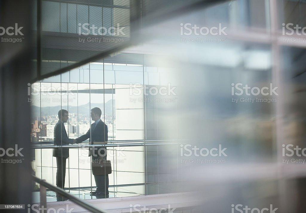Businessmen shaking hands foto