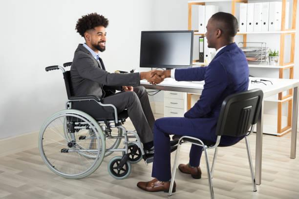 Hombres de negocios estrechándose las manos - foto de stock