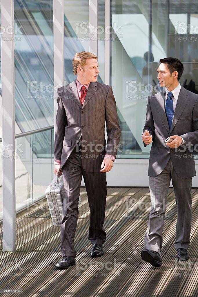 会話をするビジネスマン ロイヤリティフリーストックフォト