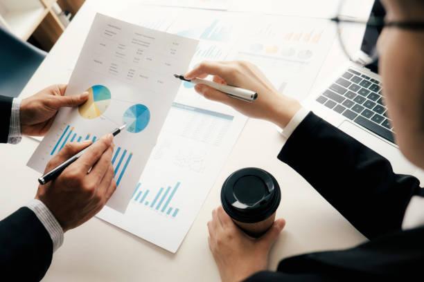 Geschäftsleute Teamarbeit treffen um die Investition zu diskutieren. – Foto