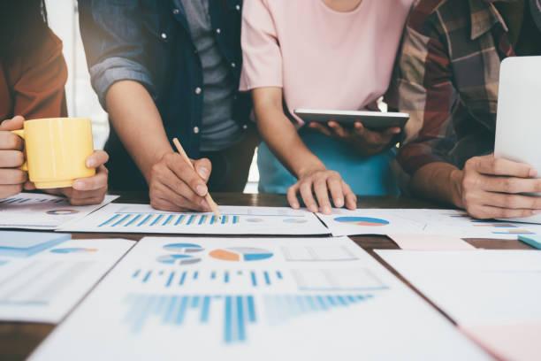 Geschäftsleute Teamwork-Treffen, um die Investition zu diskutieren. – Foto