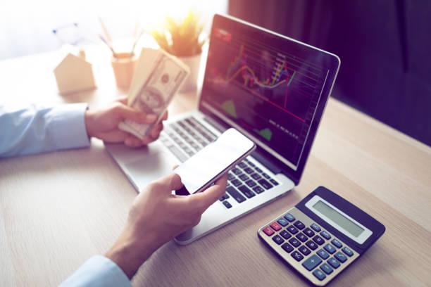 Geschäftsleute handeln Aktien online – Foto