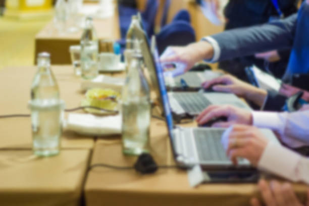 geschäftsleute nutzen notebooks für business-workshop und präsentation im konferenzraum datenanalyse. - lautsprecher test stock-fotos und bilder