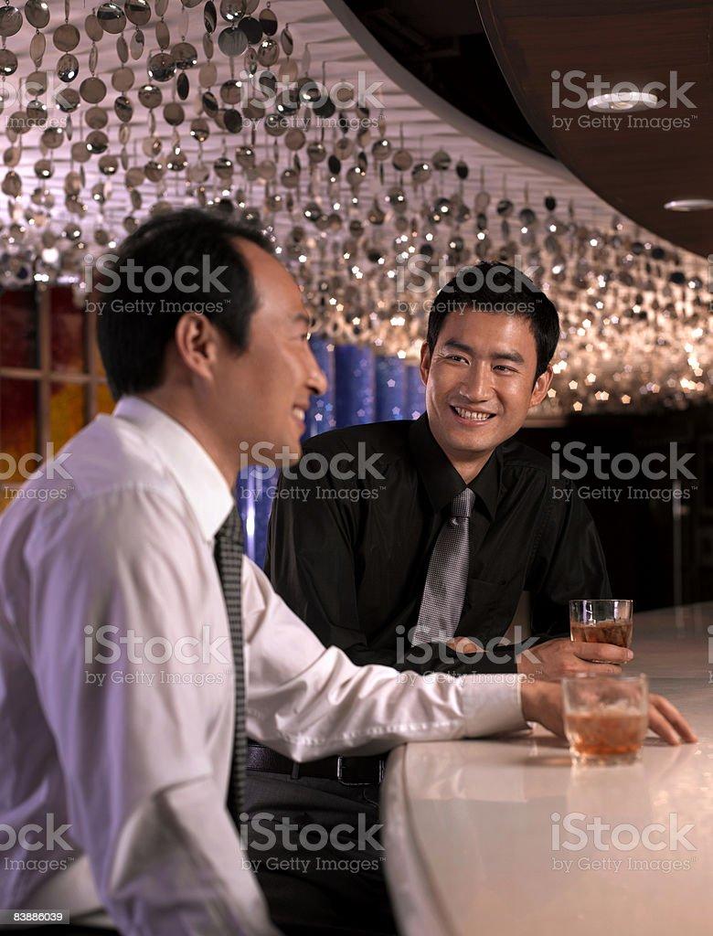 Hommes d'affaires avec un verre au bar. photo libre de droits