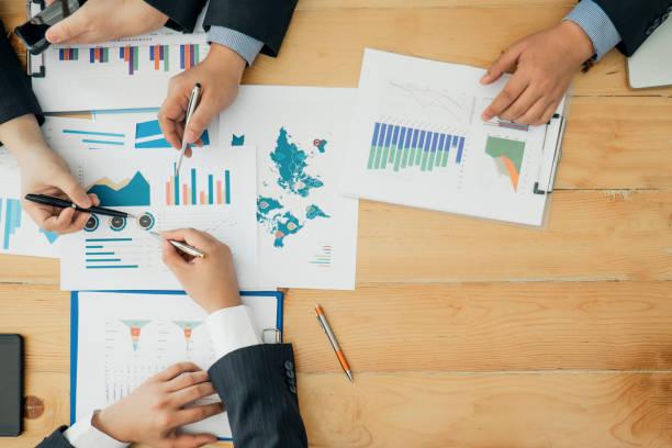 Geschäftsleute analysieren Investitionsdiagramm-Meeting Brainstorming und diskutieren Plan im Besprechungsraum, Investitionskonzept – Foto