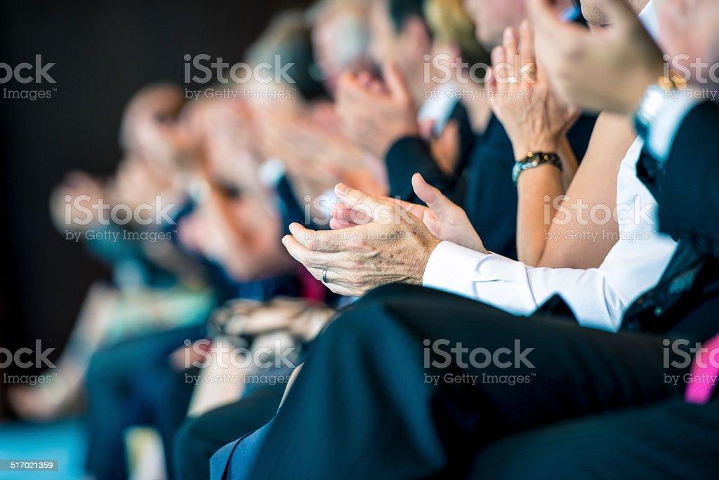 Empresários aplaudindo - foto de acervo