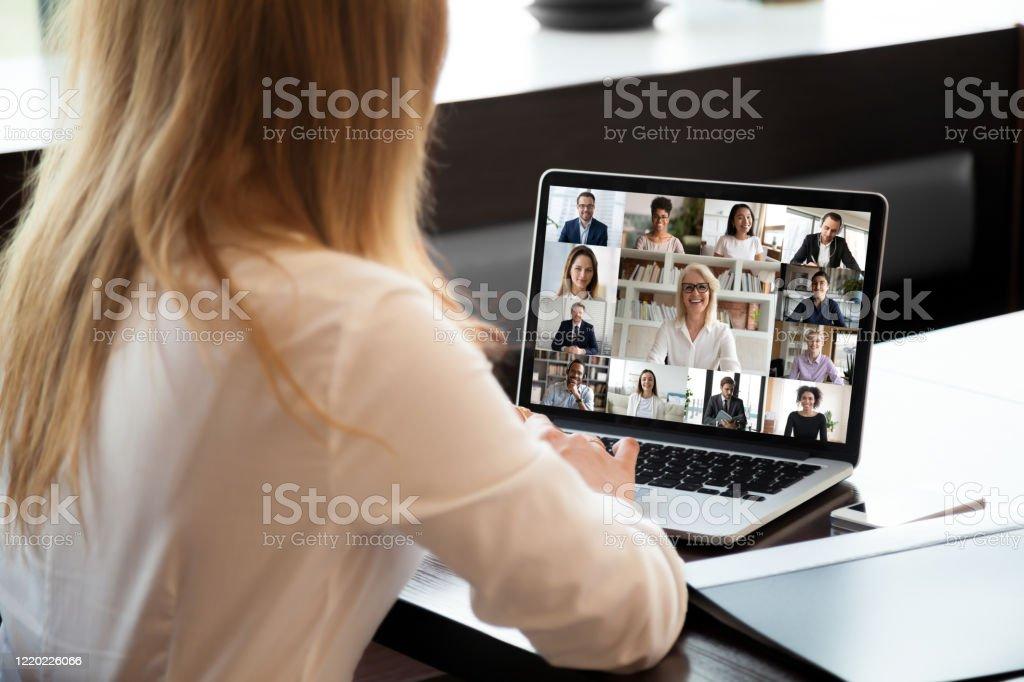 Businesspeople communicating using application webcam laptop view over businesswoman shoulder - Royalty-free A usar um telefone Foto de stock