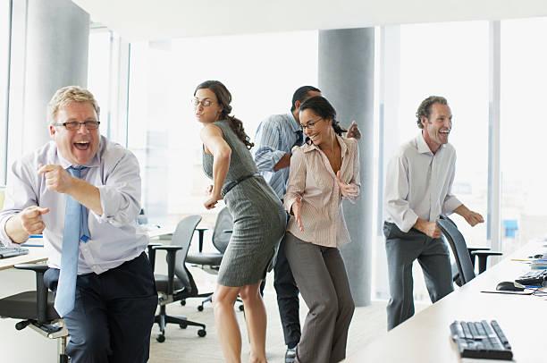 geschäftsleute tanzen im büro - letzter arbeitstag stock-fotos und bilder