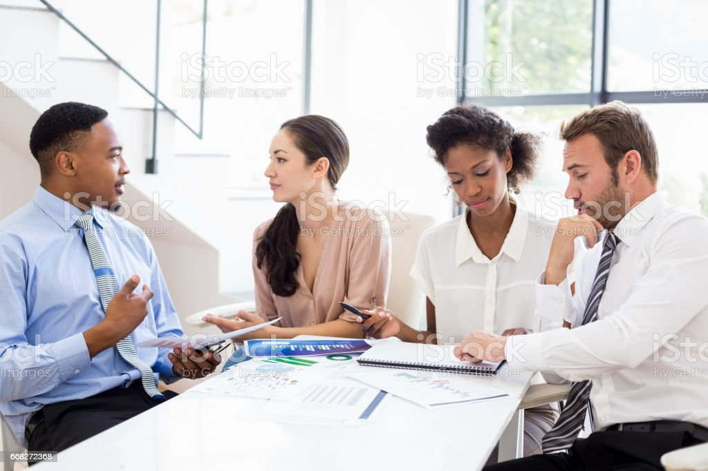 Businesspeople discussing a report foto stock royalty-free
