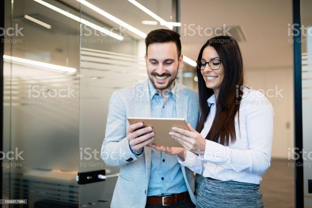 Unternehmer diskutieren bei der Verwendung von digital-Tablette im Büro – Foto