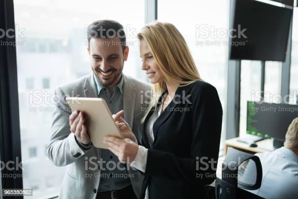 Biznesmeni Dyskutują Podczas Korzystania Z Tabletu Cyfrowego W Biurze - zdjęcia stockowe i więcej obrazów Biznes