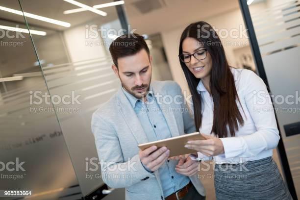 Unternehmer Diskutieren Bei Der Verwendung Von Digitaltablette Im Büro Stockfoto und mehr Bilder von Arbeiten
