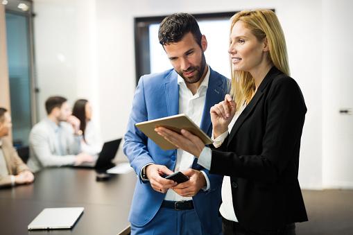 사무실에 디지털 태블릿을 사용 하는 동안 논의 하는 비즈니스맨 Employee에 대한 스톡 사진 및 기타 이미지