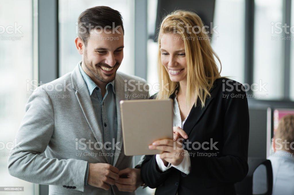 사무실에 디지털 태블릿을 사용 하는 동안 논의 하는 비즈니스맨 - 로열티 프리 경영자 스톡 사진