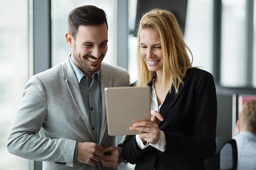사무실에 디지털 태블릿을 사용 하는 동안 논의 하는 비즈니스맨 경영자에 대한 스톡 사진 및 기타 이미지