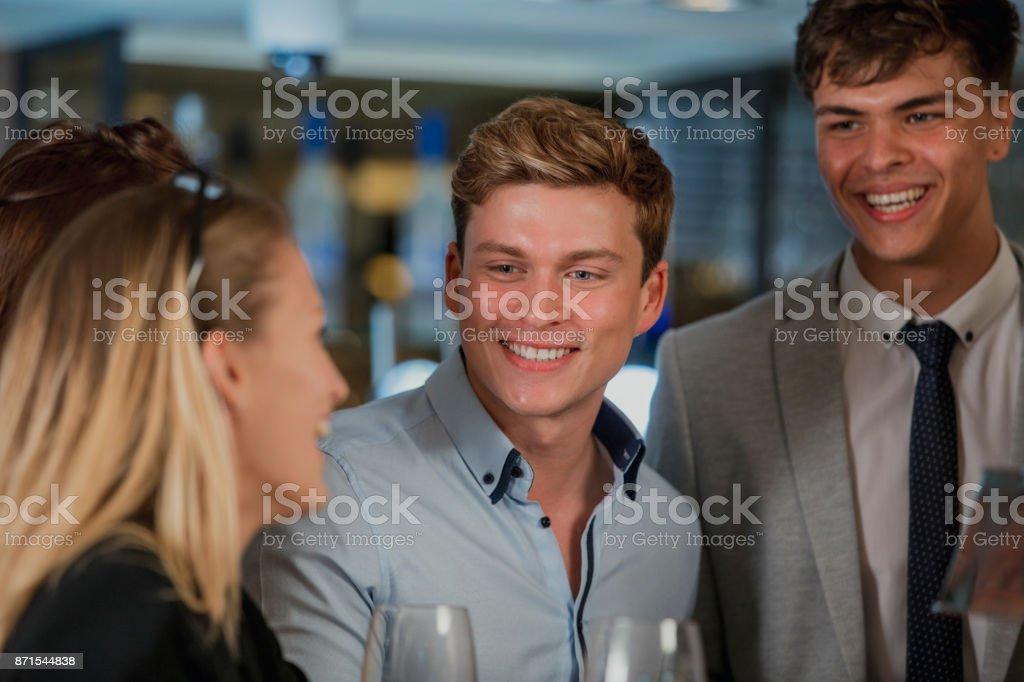 Empresarios disfrutando de bebidas después del trabajo - foto de stock