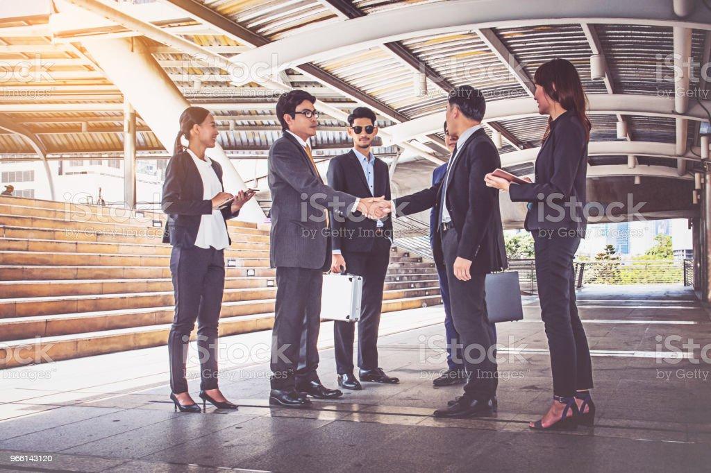 företagare-gruppen handslag på city, business-team - Royaltyfri Affärskvinna Bildbanksbilder