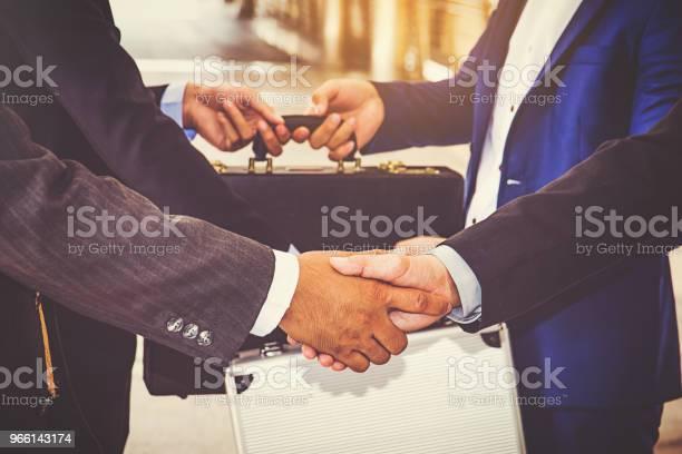 Företagaregruppen Handslag På City Businessteam-foton och fler bilder på Affärskvinna