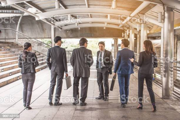Företagaregruppen Talar På City Businessteam-foton och fler bilder på Affärskvinna