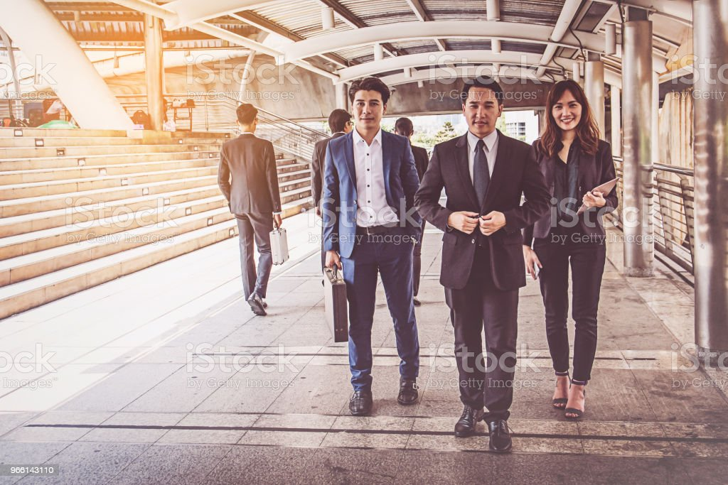 ondernemers groep wandelen in de stad, business team - Royalty-free Attaché Stockfoto