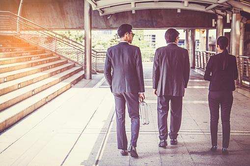 Unternehmergruppe Die Zu Fuß In Der Stadt Businessteam Stockfoto und mehr Bilder von Aktentasche
